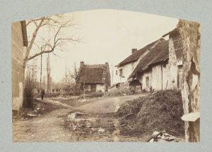 F.T., Hameau vers Morestel,  s.d. vers 1880-1890. Épreuve sur  papier albuminé,  20x26 cm. Coll. part.
