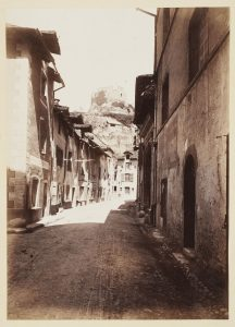F.T. Rue à Crémieu,  s.d. vers 1880-1890. Épreuve sur  papier albuminé,  40x30 cm. Coll. part.