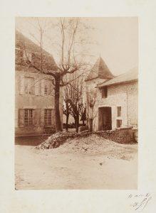 Anonyme, Vue du porche d'entrée de la  maison de Ravier à Morestel, 11 avril 1887. Signé, non déchiffré. Épreuve sur papier albuminé, collé sur carton, signée datée. 17x12 cm. Coll. part.