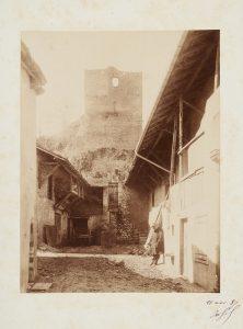Anonyme, Ravier adossé au pied de la tour à Morestel, 11 avril 1887. Signé, non déchiffré. Épreuve sur papier albuminé, collé sur carton, signée datée. 17x12 cm. Coll. part.