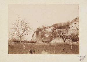 Anonyme, Verger sous la maison de Ravier à Morestel, 11 avril 1887. Signé, non déchiffré. Épreuve sur papier albuminé, collé sur carton, signée datée. 12x17,5 cm. Coll. part.