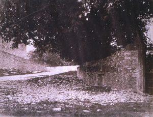 FAR, Arrivée à Crémieu depuis le chemin d'Optevoz, positif papier salé, 13,5x17,7cm, col. CBT