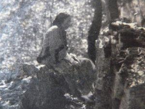 FAR, photographie (13.3 x 18) Antoinette Ravier assise sur un rocher